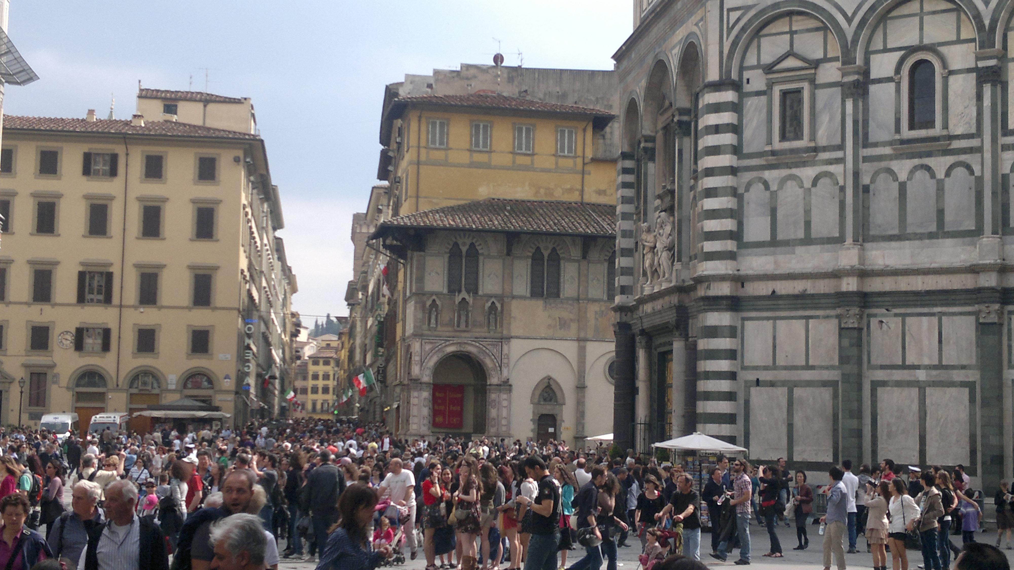 Gente in piazza Duomo